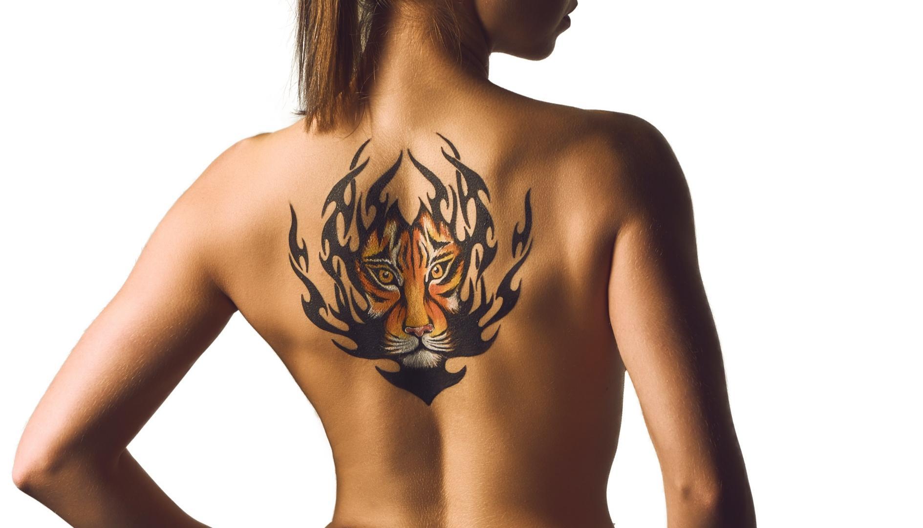 Frau Tattoo Tiger Rücken