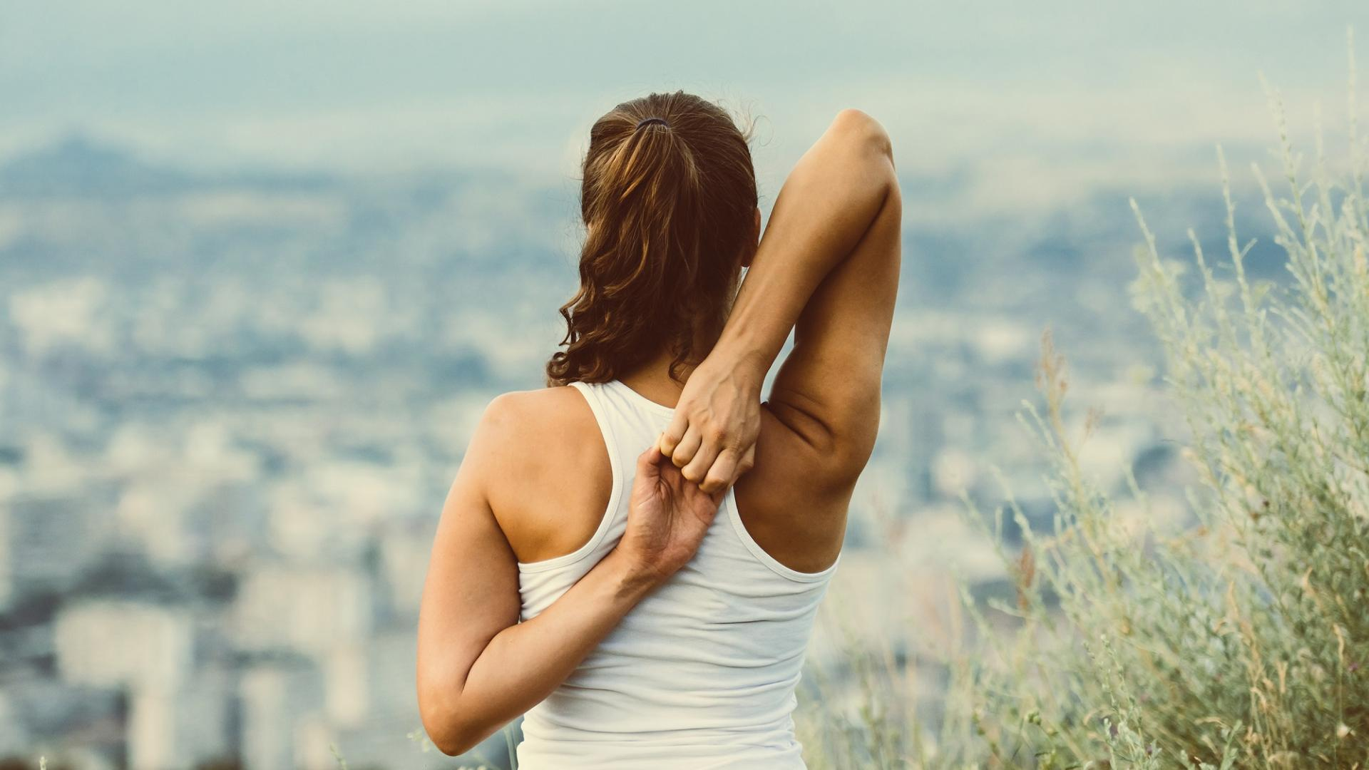 Frau Yoga Blick auf Stadt