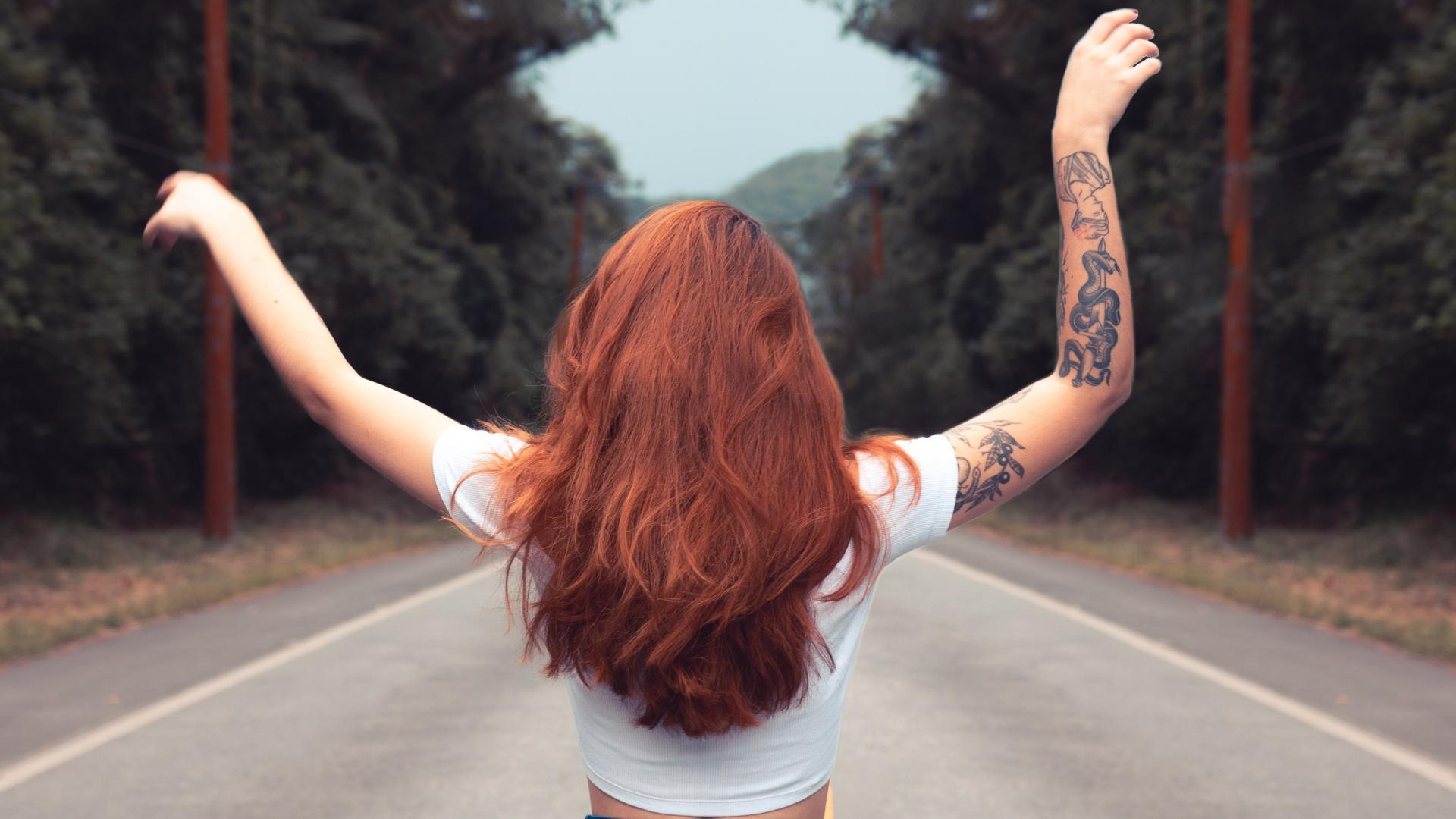 Frau Straße rote Haare Tattoo