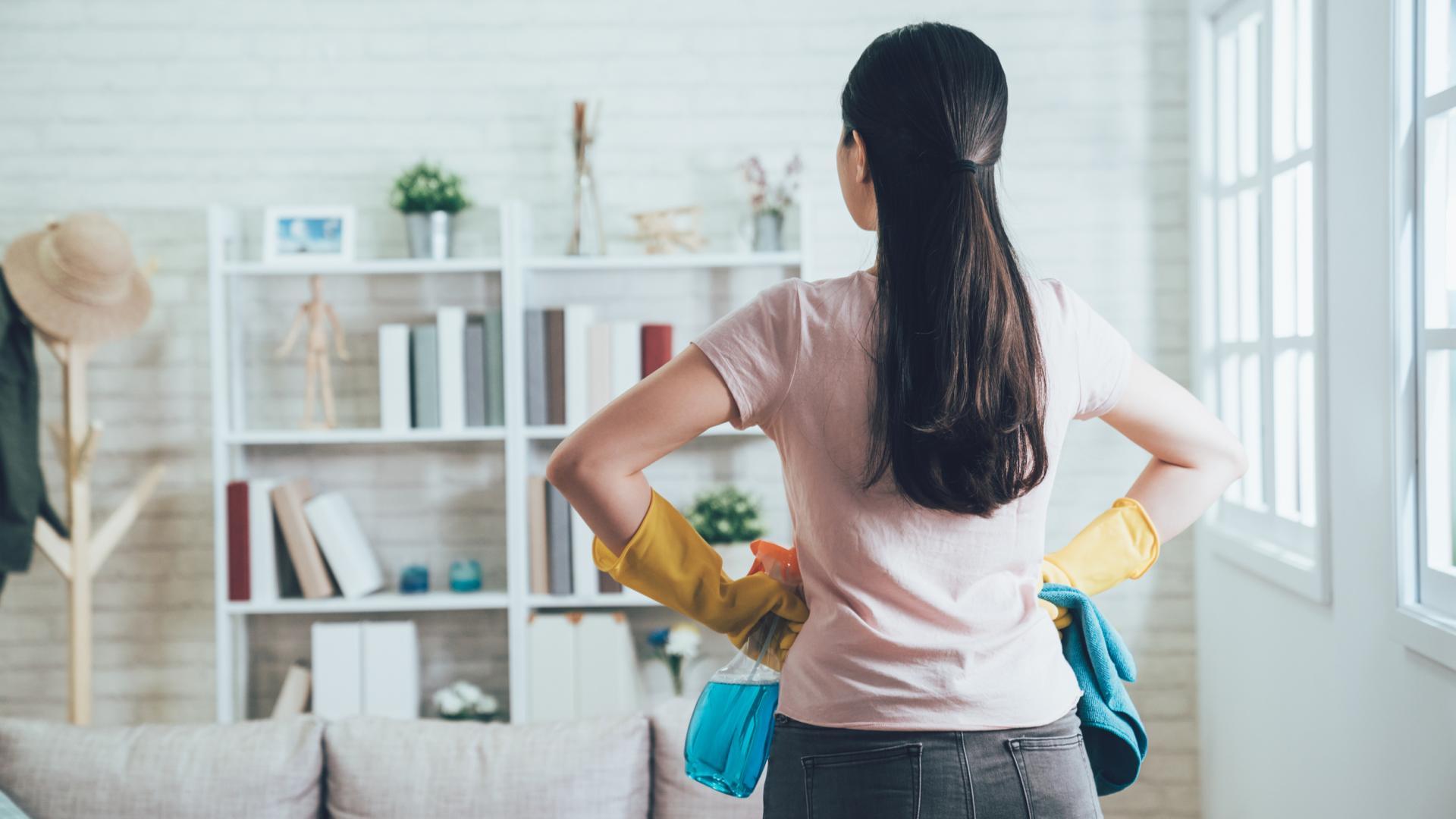 Frau putzt Wohnung
