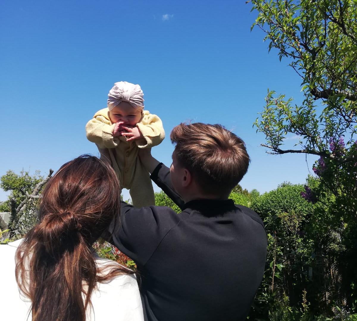 Pärchen spricht über Aufteilung der Elternzeit