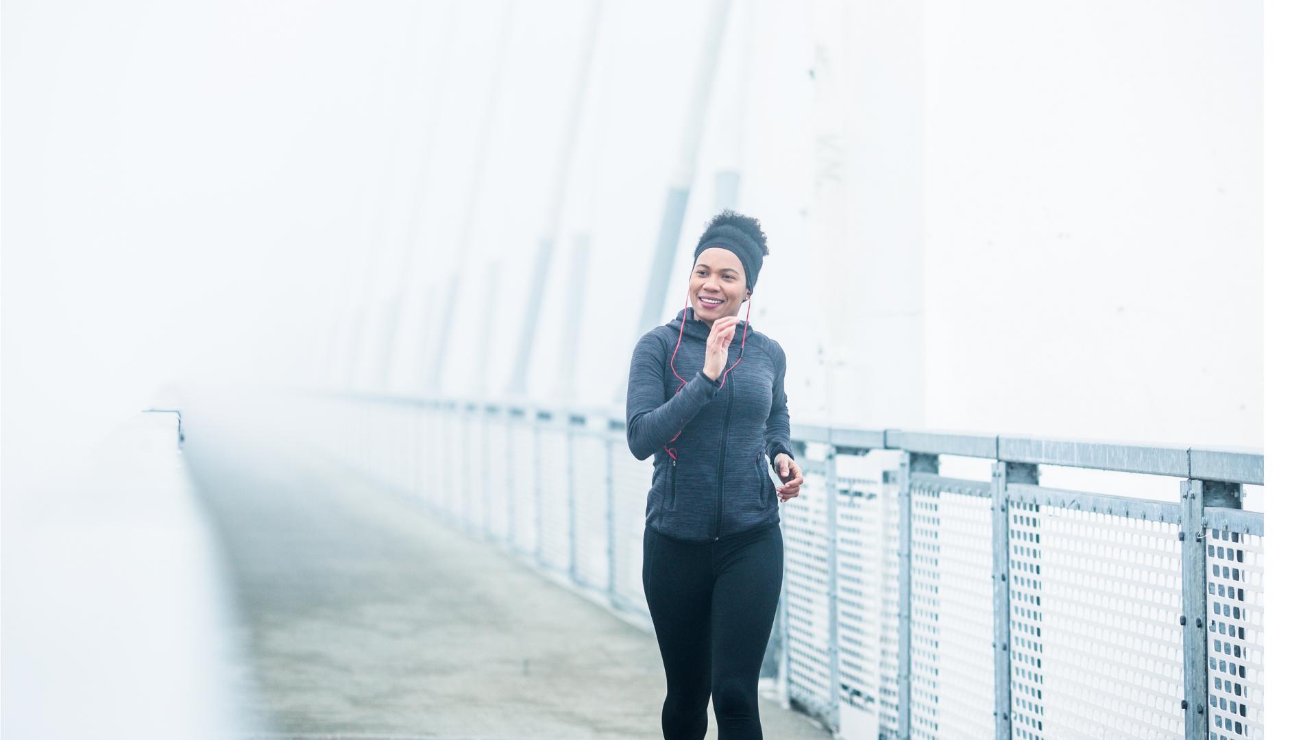 Frau geht joggen