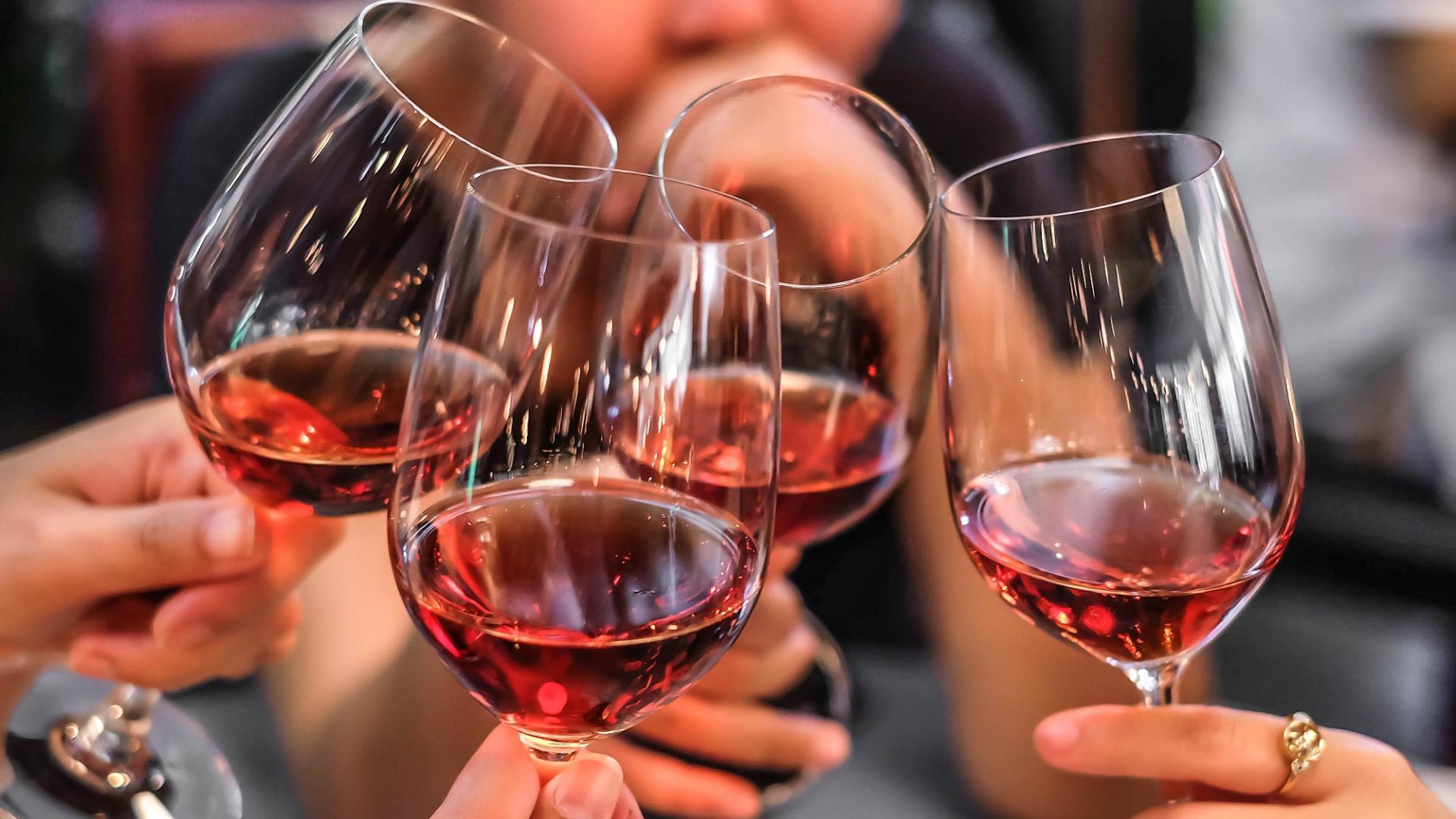 Gläser Wein Anstoßen