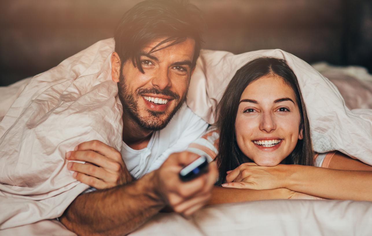 Paar schaut zusammen Fernsehen und lernt dabei Englisch