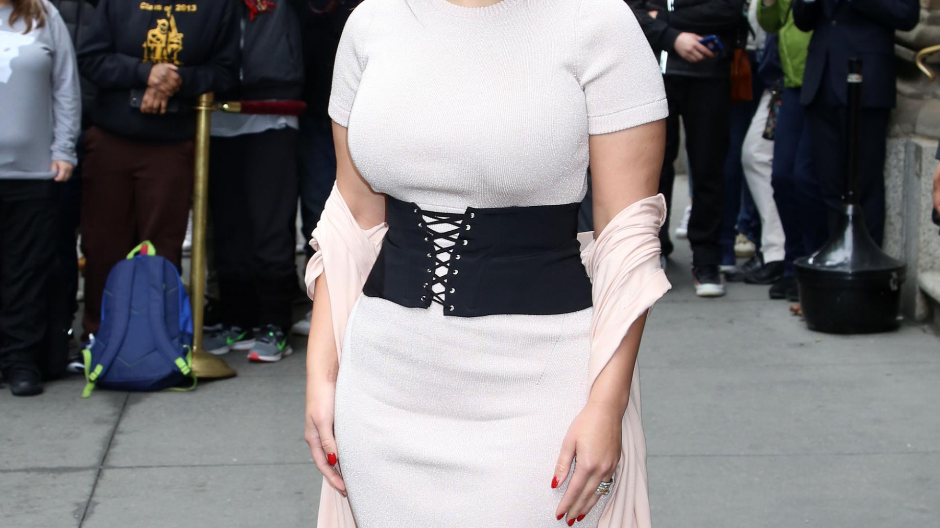 Ashley Graham posiert für die Kameras