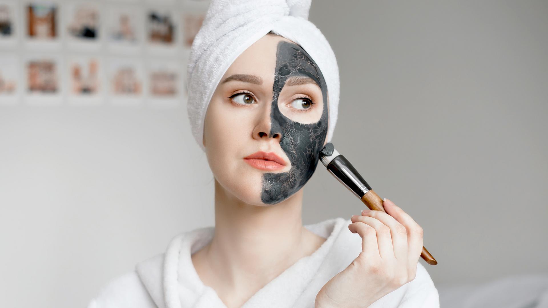 junge Frau schwarze Gesichtsmaske Aktivkohle