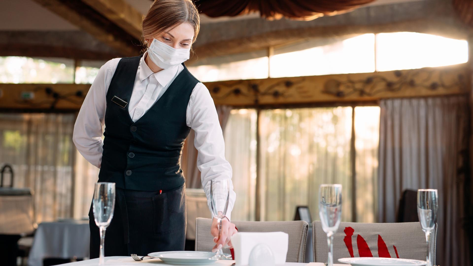 Kellnerin Restaurant Mundschutz