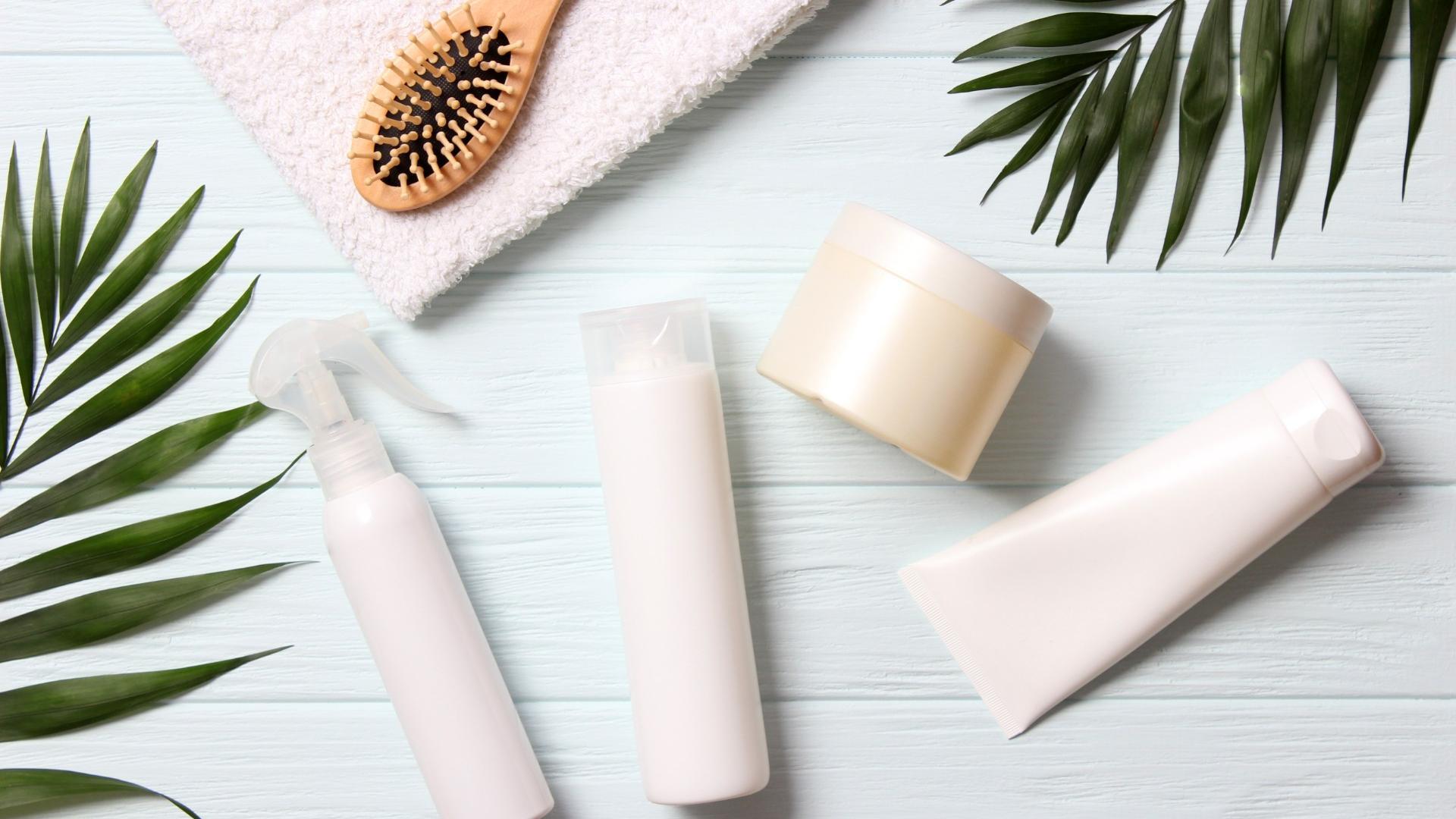 Praktisch, aber in Plastikflaschen abgefüllt: Flüssigshampoo ist noch immer der Marktführer.