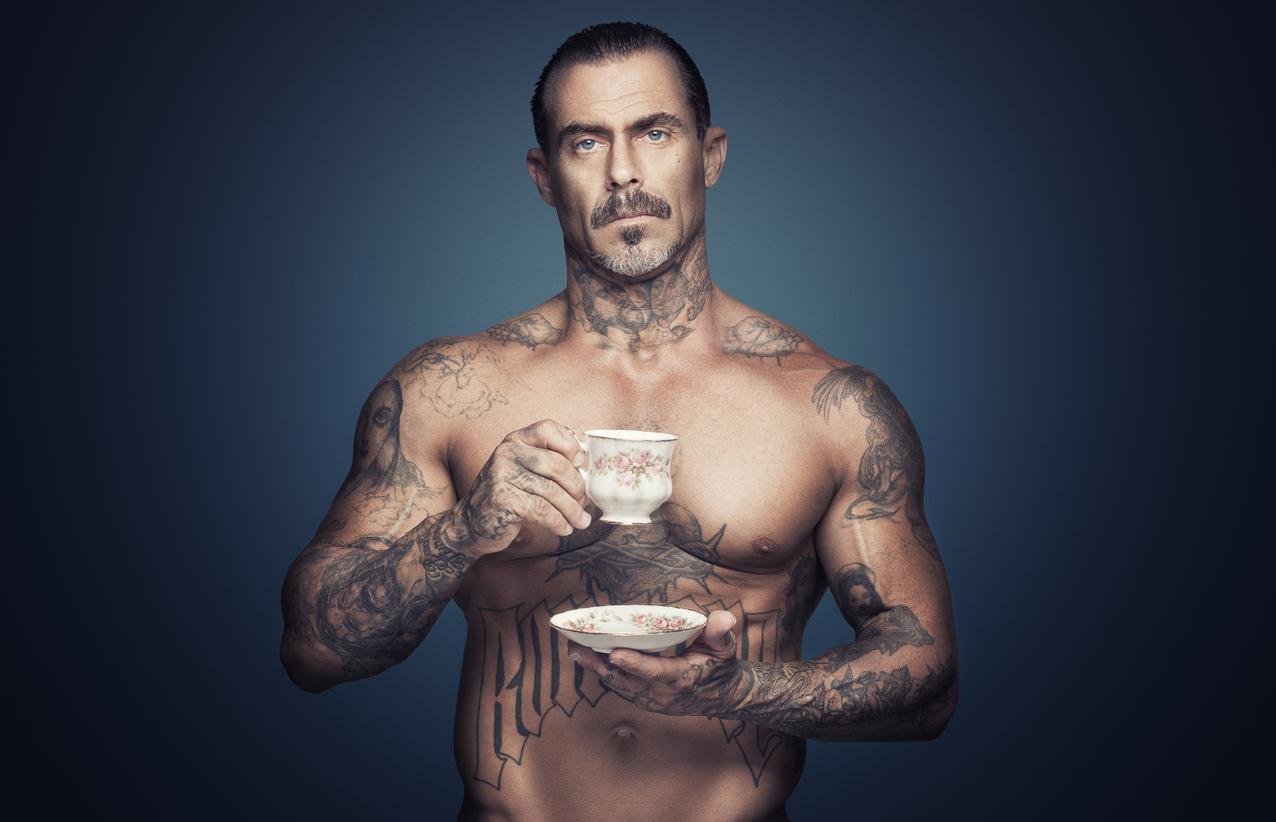 Mann trinkt Brennessel Tee