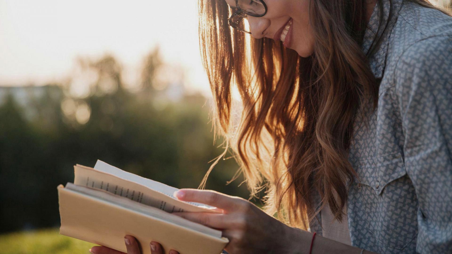 Frau Lesen Draußen Buch