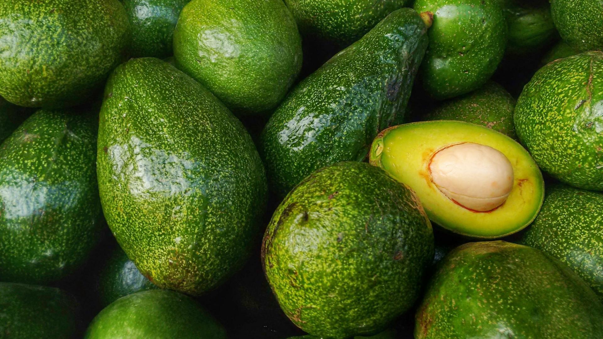 Avocado reifen lassen mit Gemüse