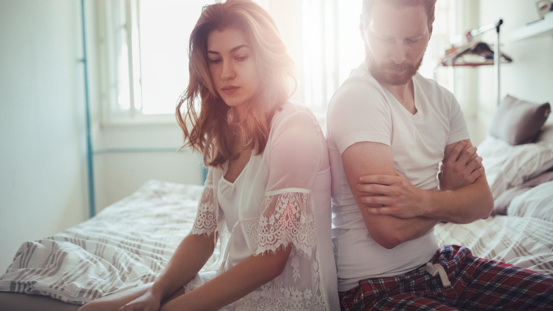 Frau und Mann schweigen sich im Bett an