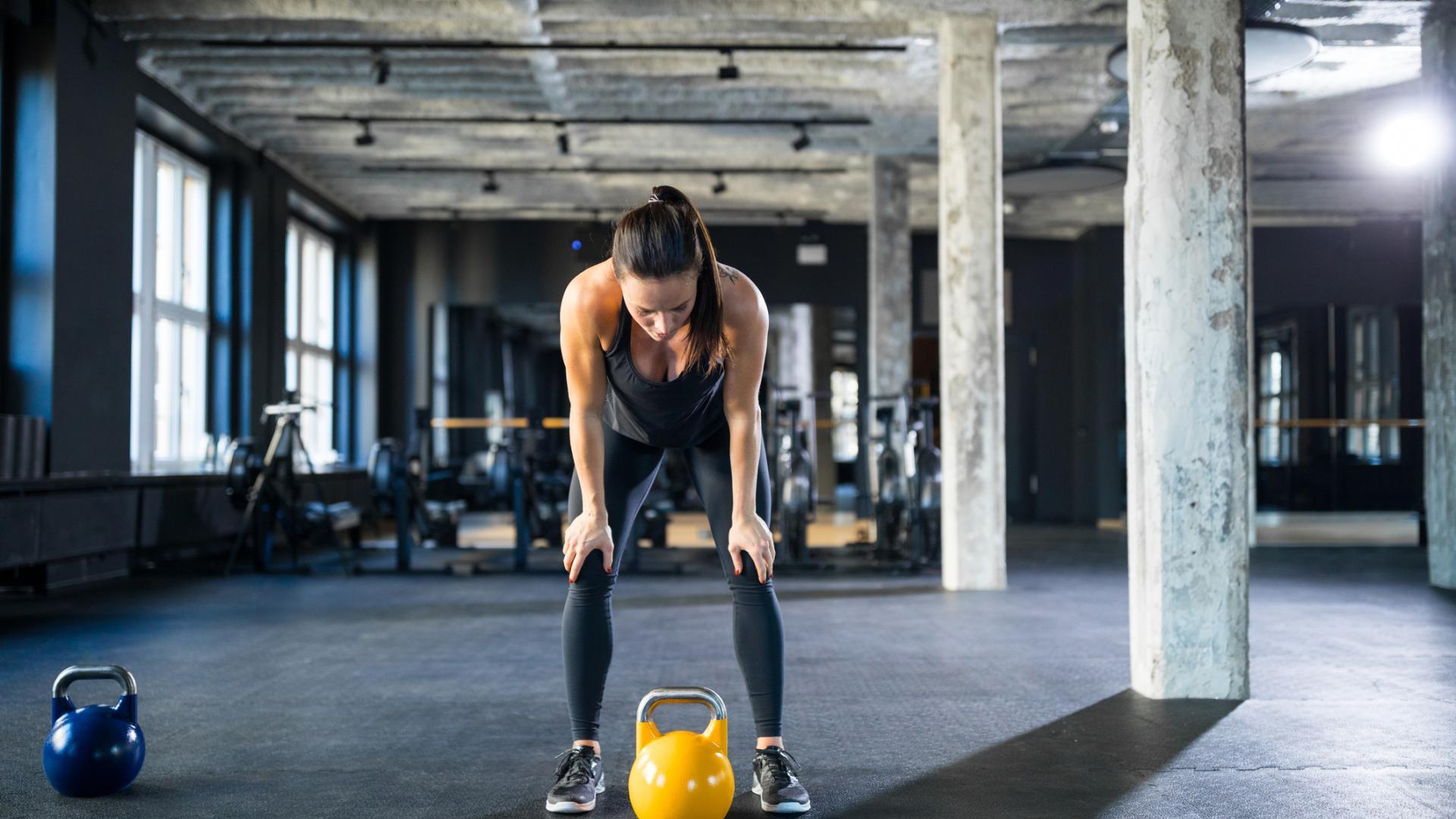 muskeln training sport kettleball fitness frau
