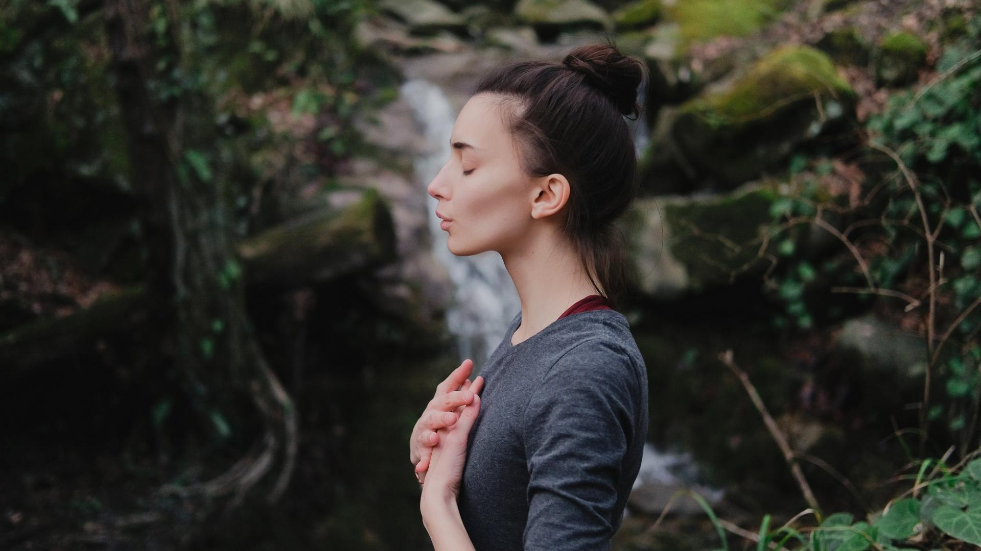 Frau Yoga Atmen Wald