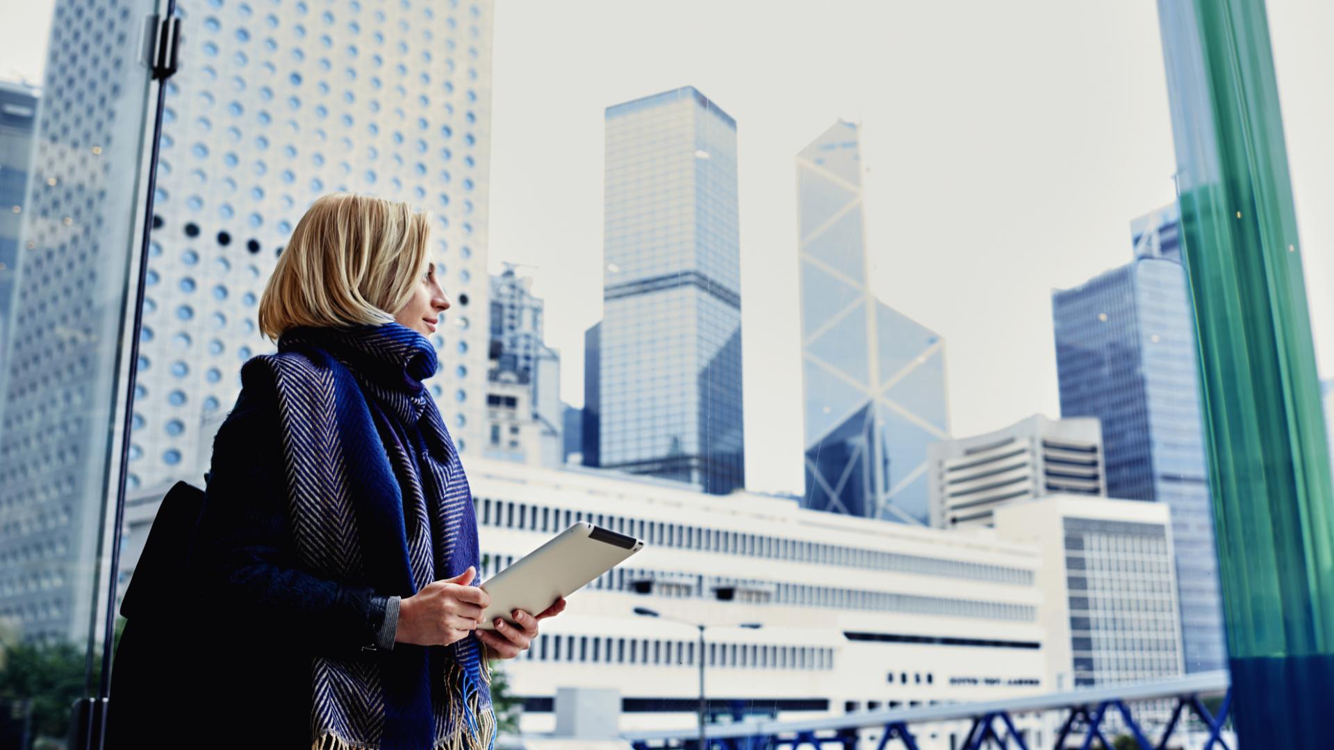 Frau in Großstadt mt iPad
