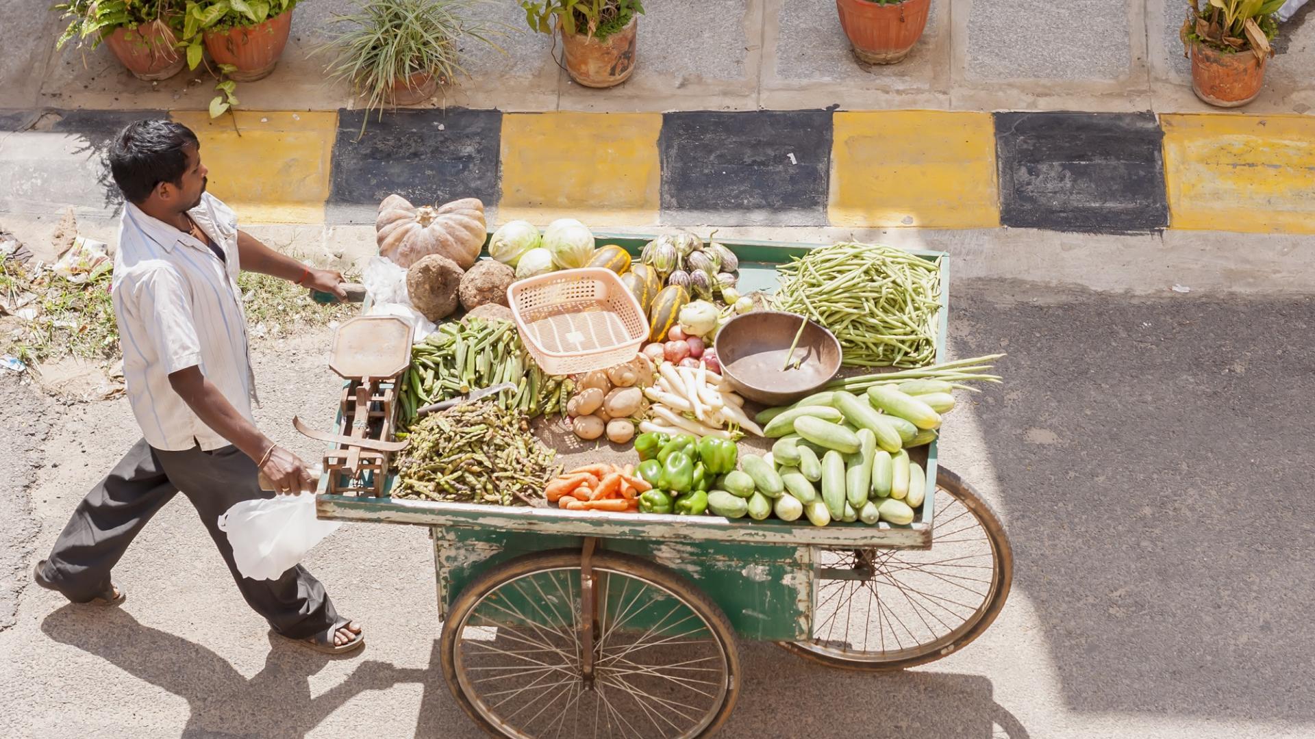 Mann Gemüse Wagen