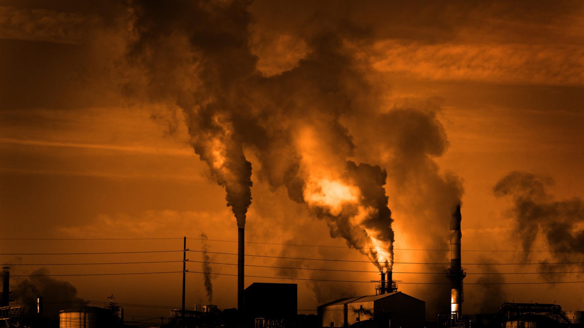 Fabrik Rauch Kohlendioxid vor Sonne