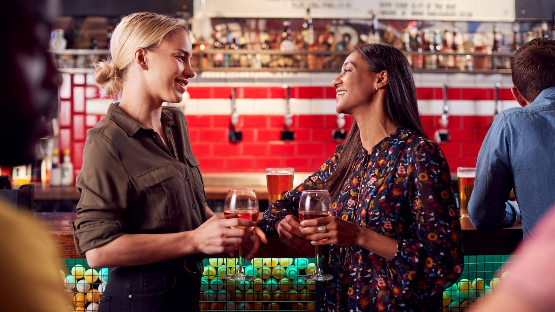 Getränke, Bar, Freundinnen, Freizeitbeschäftigung, Entspannung, Spaß.