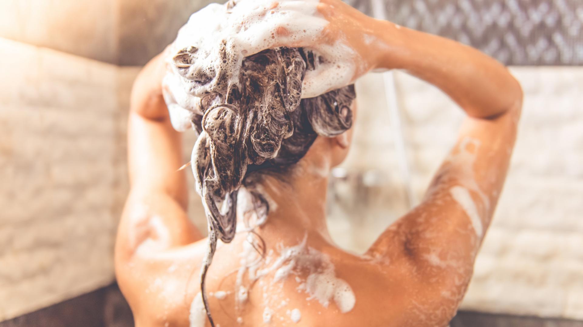Frau Dusche Shampoo Haare waschen
