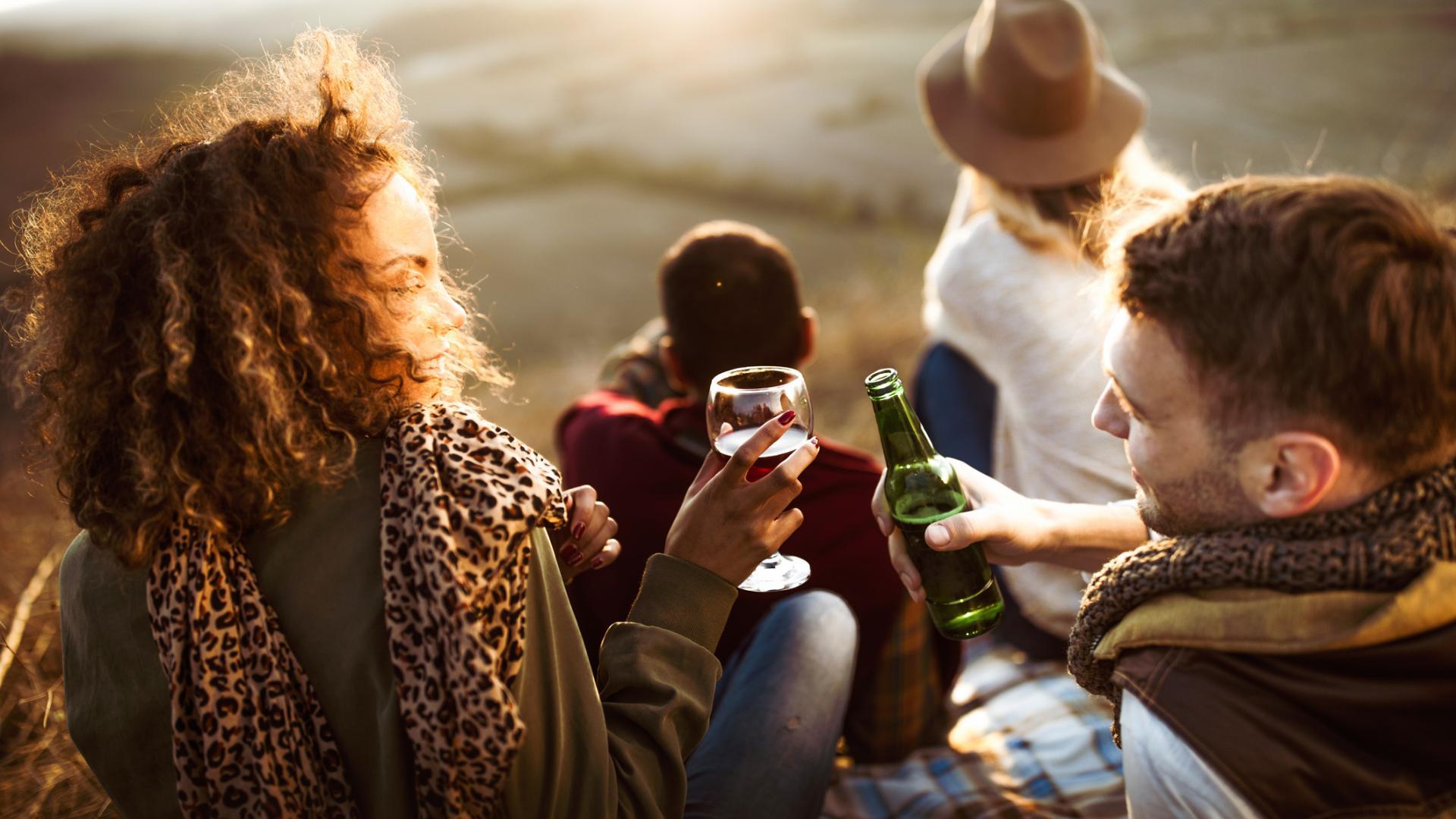 Gruppe trinkt zusammen Alkohol