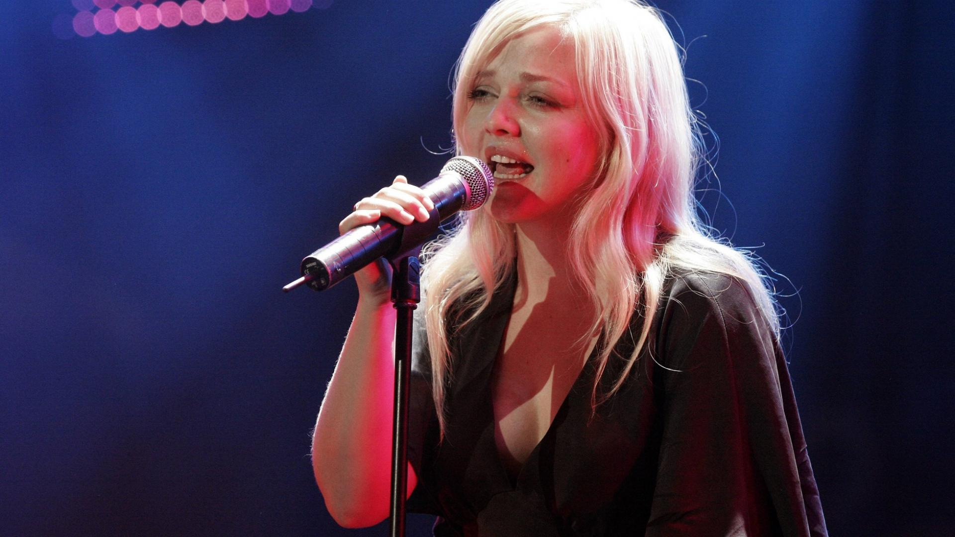 Sängerin Annett Louisan singt auf der Bühne