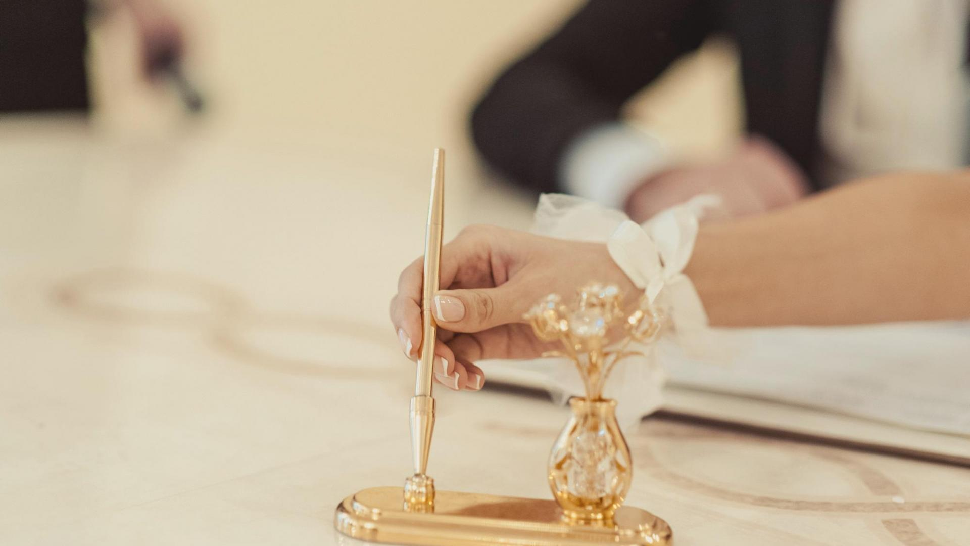 Frau, Unterzeichnen, Vertrag, Hochzeit