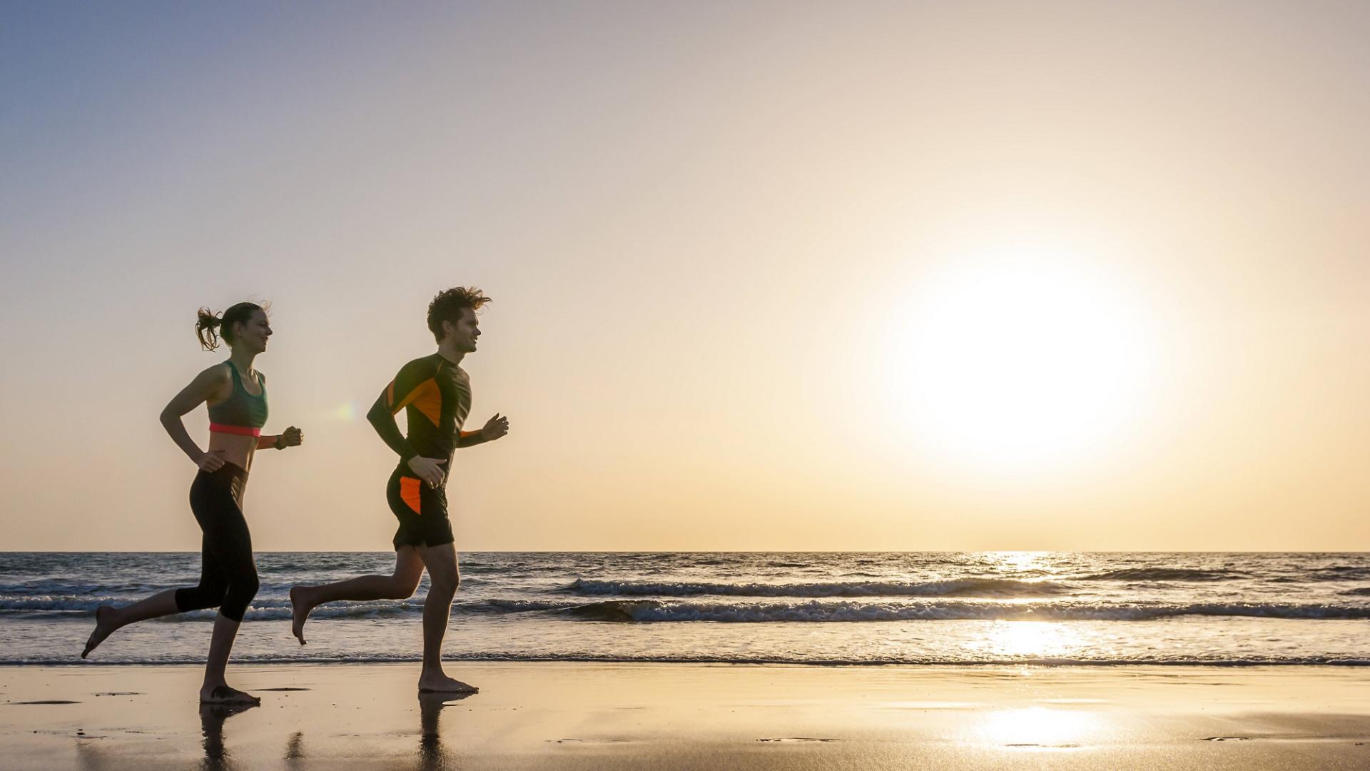 Paar. Joggen, Sport, Sonnenuntergang, Meer, Strand, Liebe, Urlaub