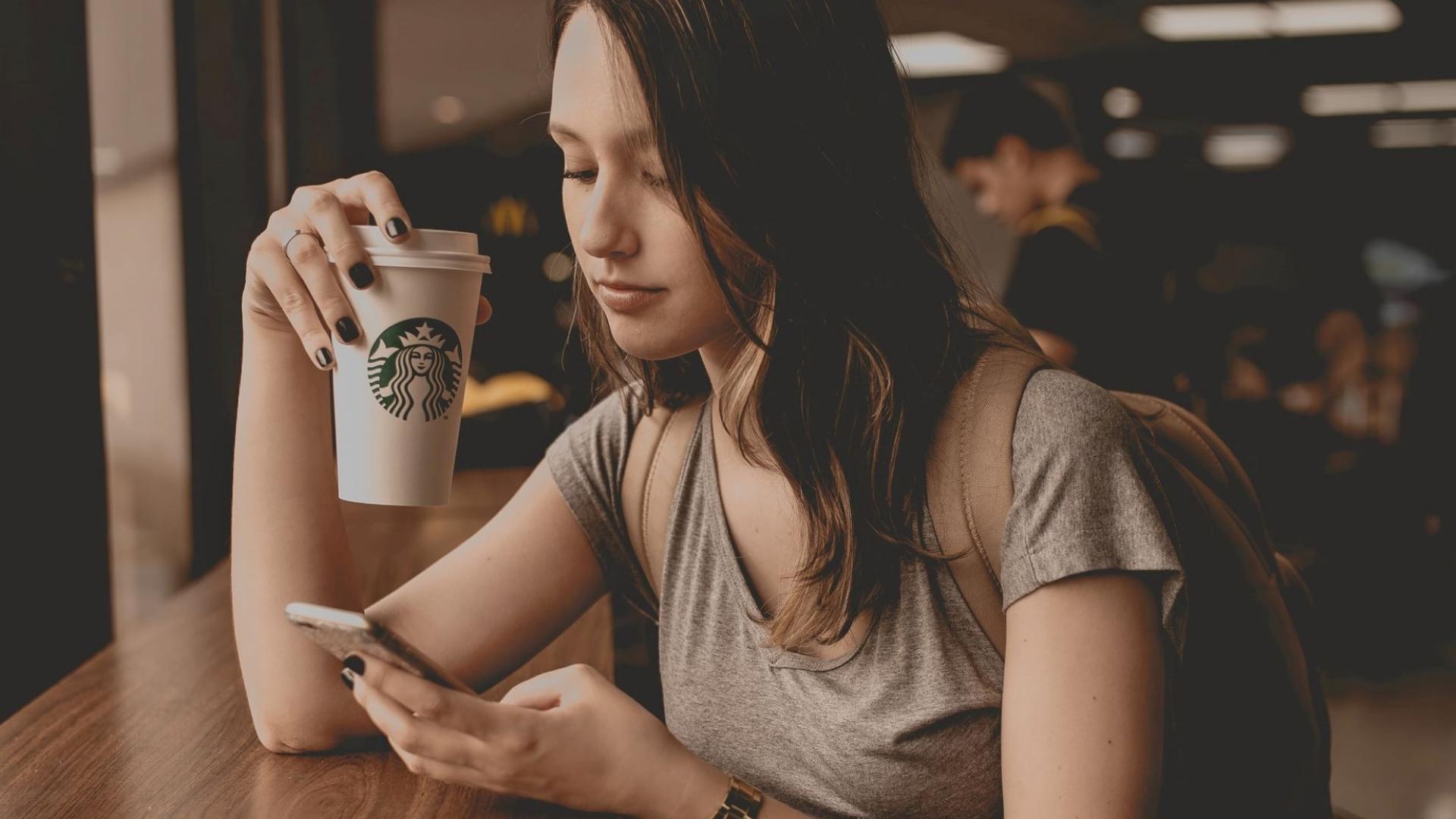Frau mit Starbucks Kaffee