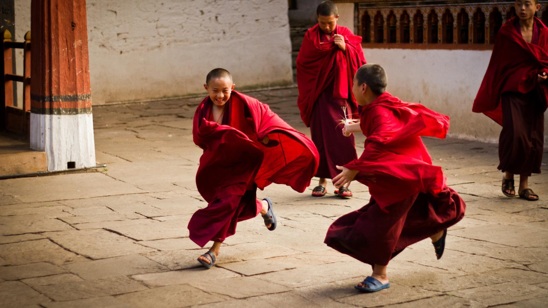 Junge Bhutanesen spielen