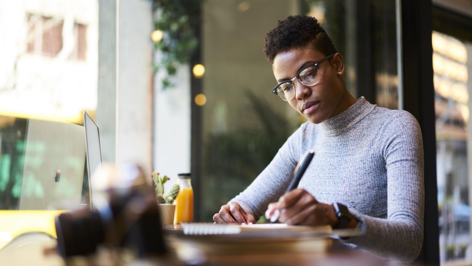 Frau, Cafe, Schreiben, brille schwarz, bipoc