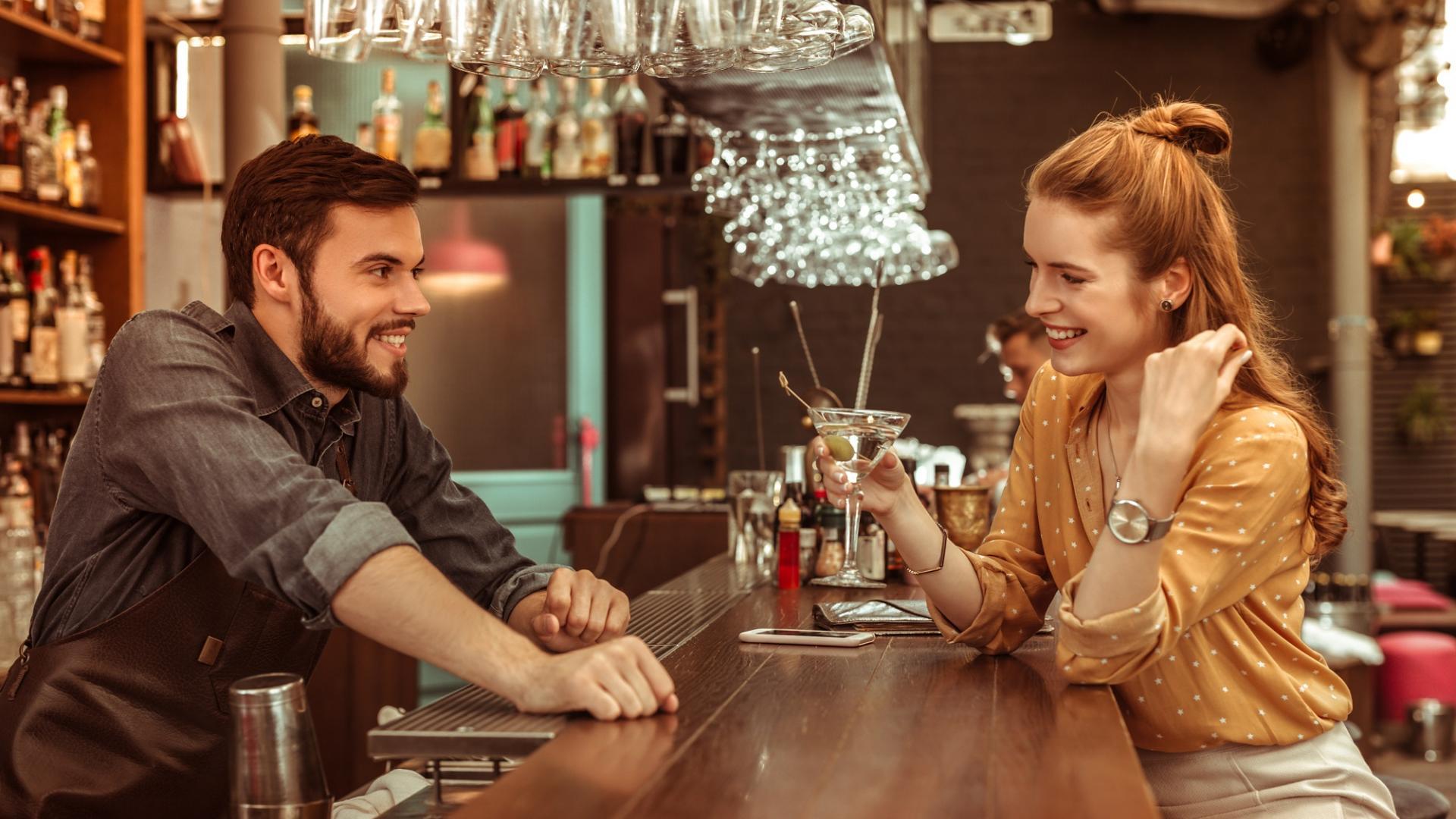 Mann, Frau, Kennelernen, Bar, Gespräch