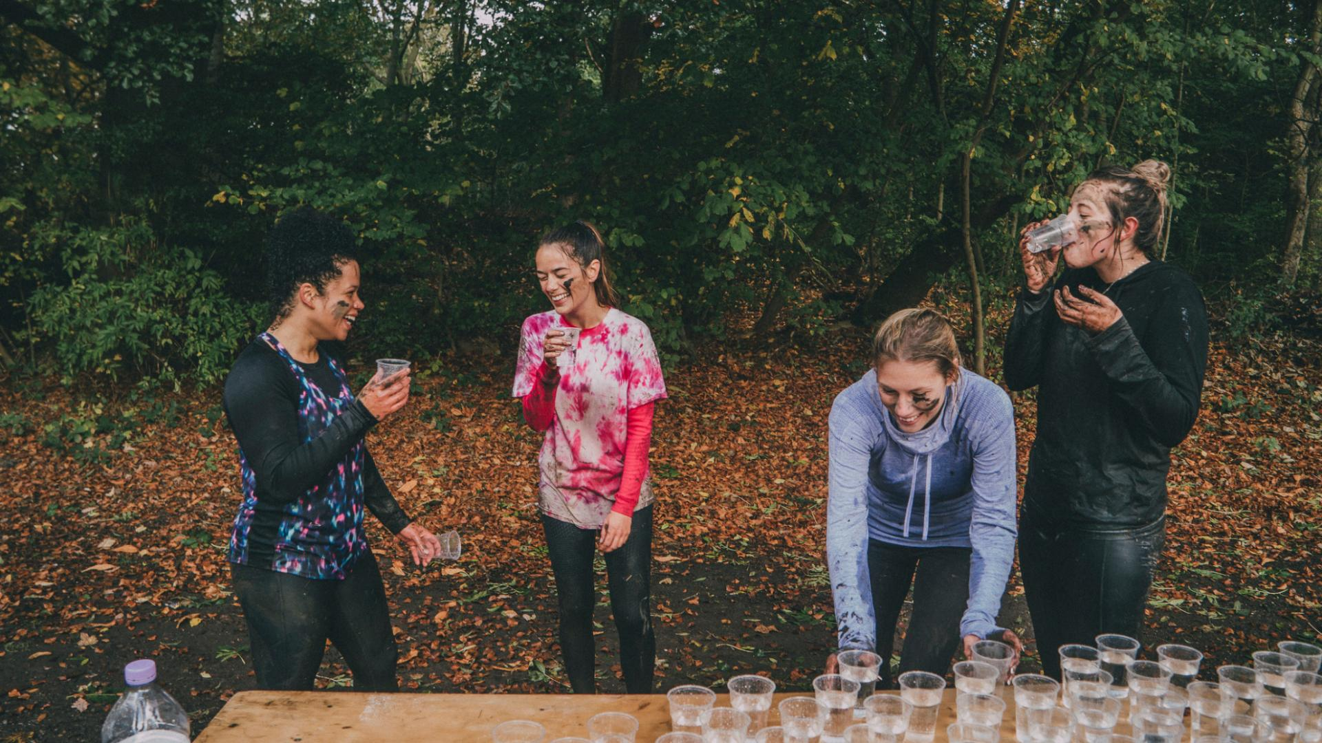 Frauen Joggen Wasser trinken Pause