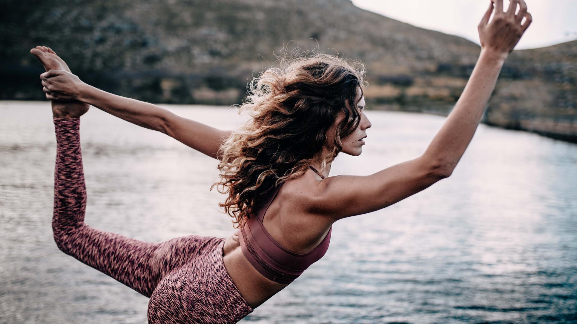 Junge Frau macht Yoga-Pose