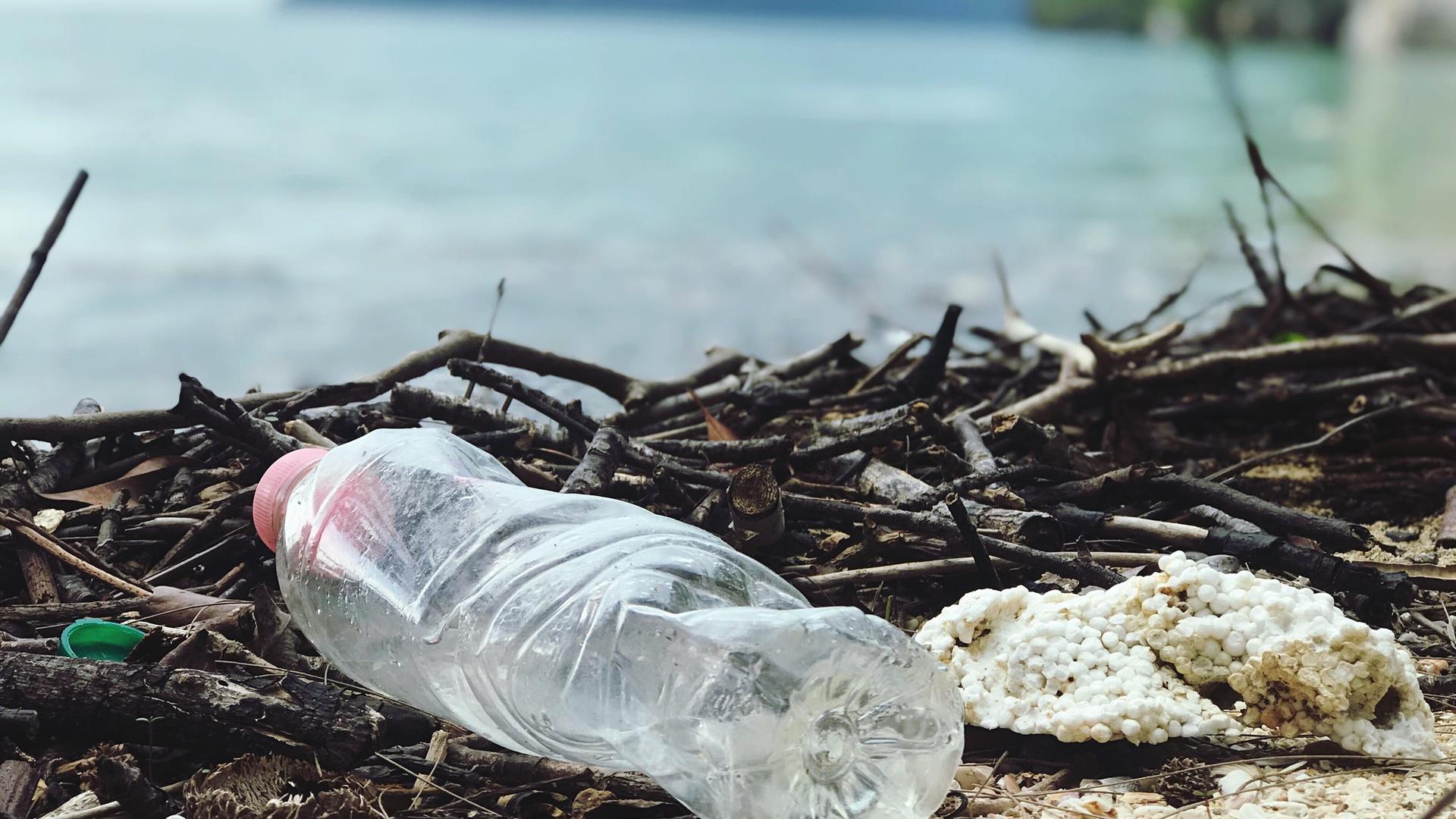 plastikflasche umweltverschmutzung strand