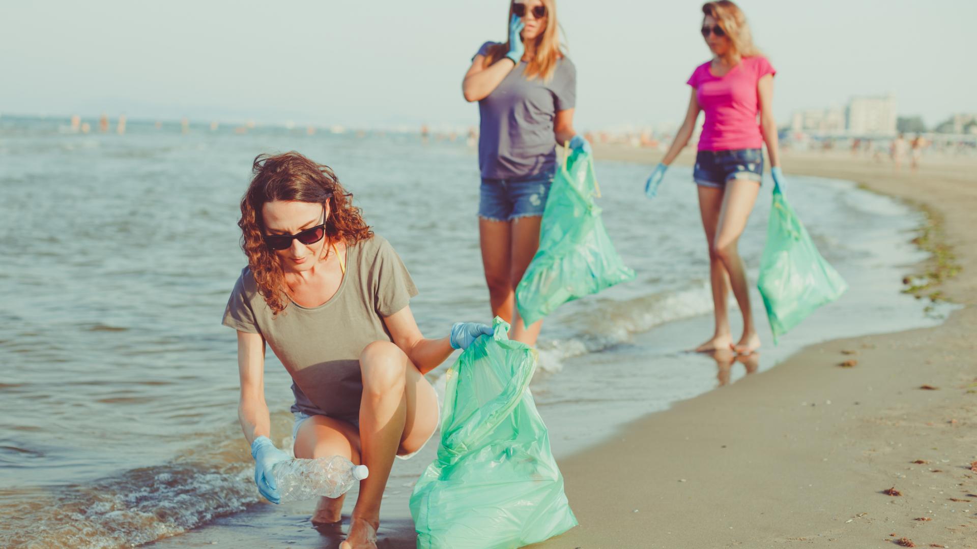Frauen sammeln Plastik am Strand