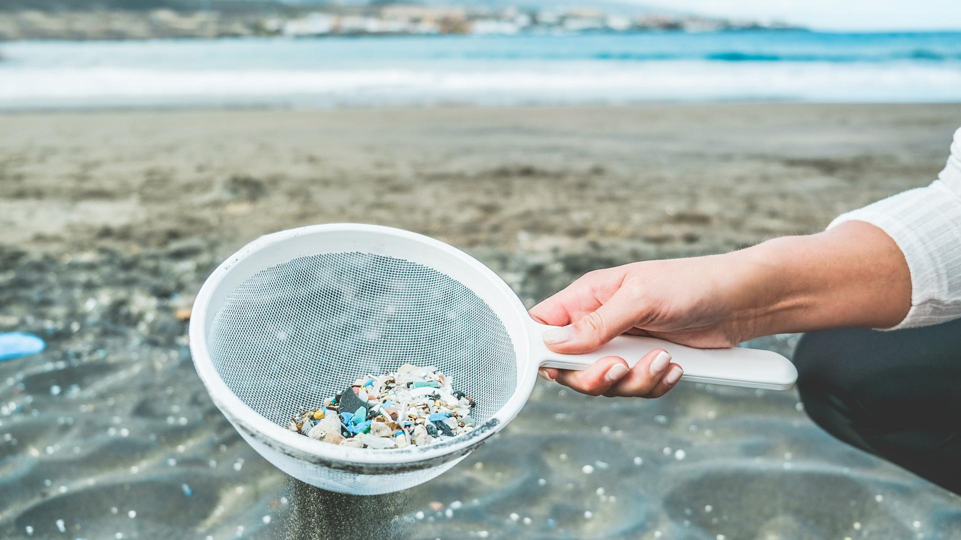 Mikroplastik in Sieb Umweltverschmutzung Meeresverschmutzung