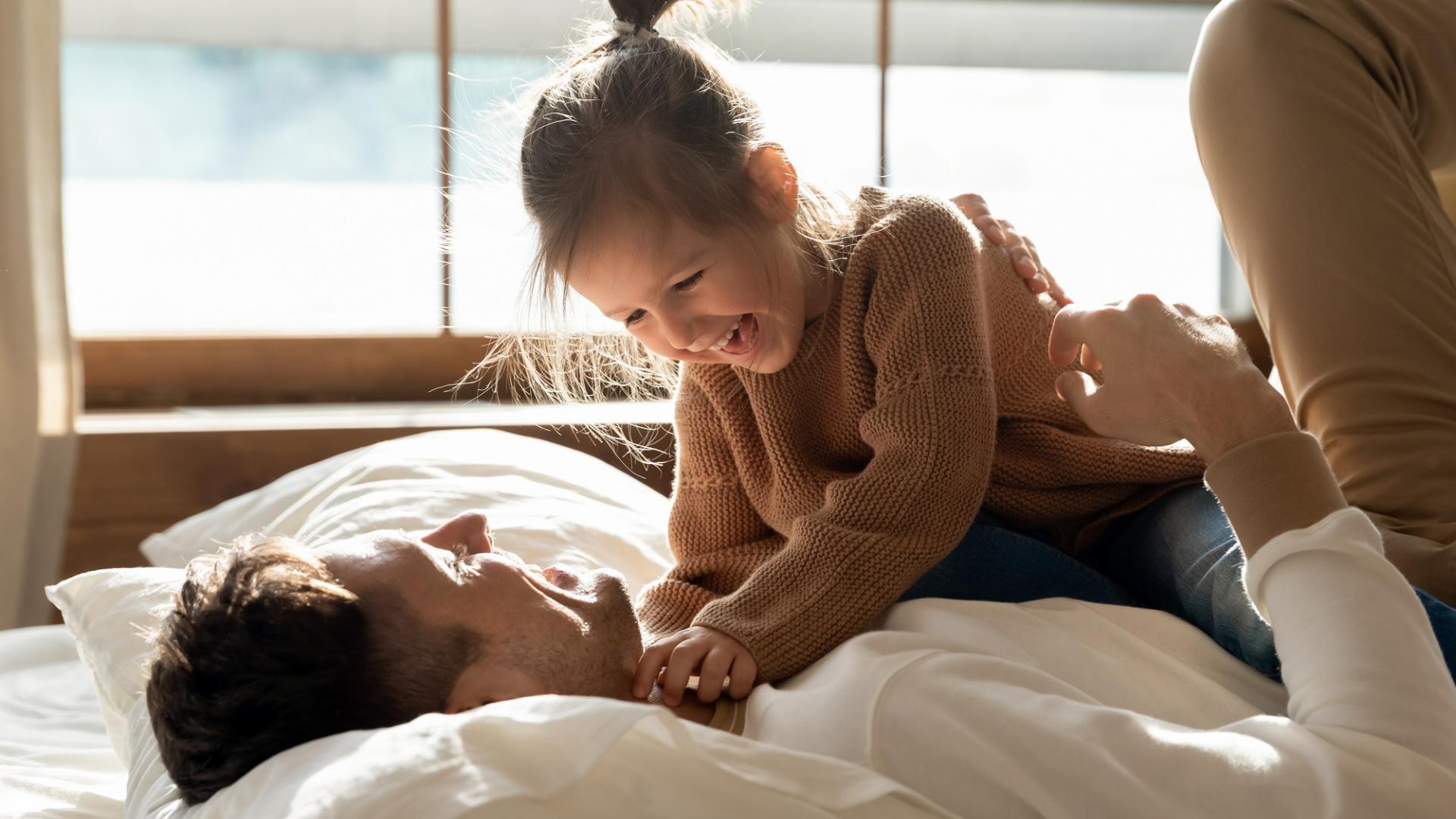 Mann, Kind, Bett, Spielen