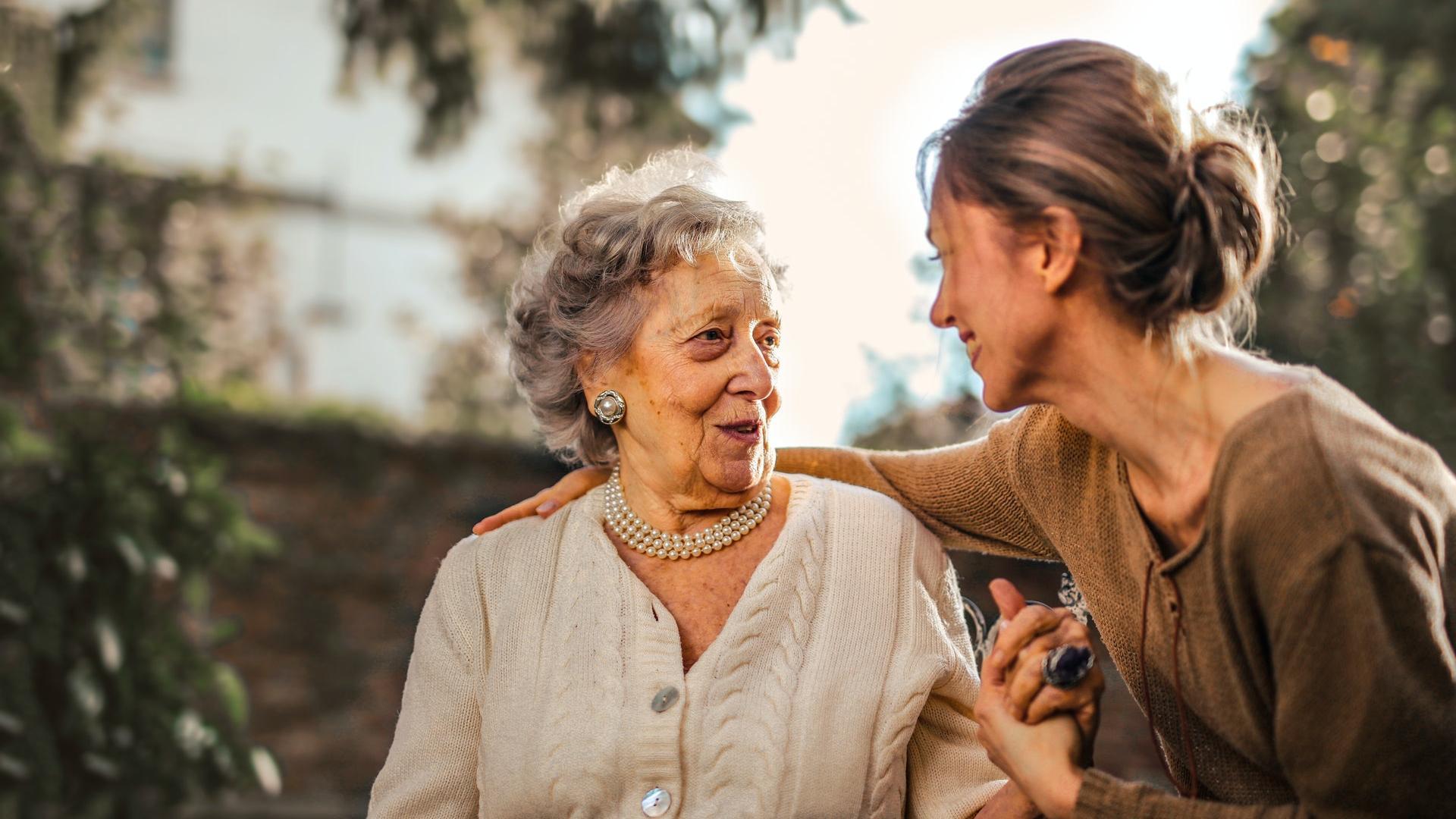 Oma und Tochter alte und junge Frau Umarmung