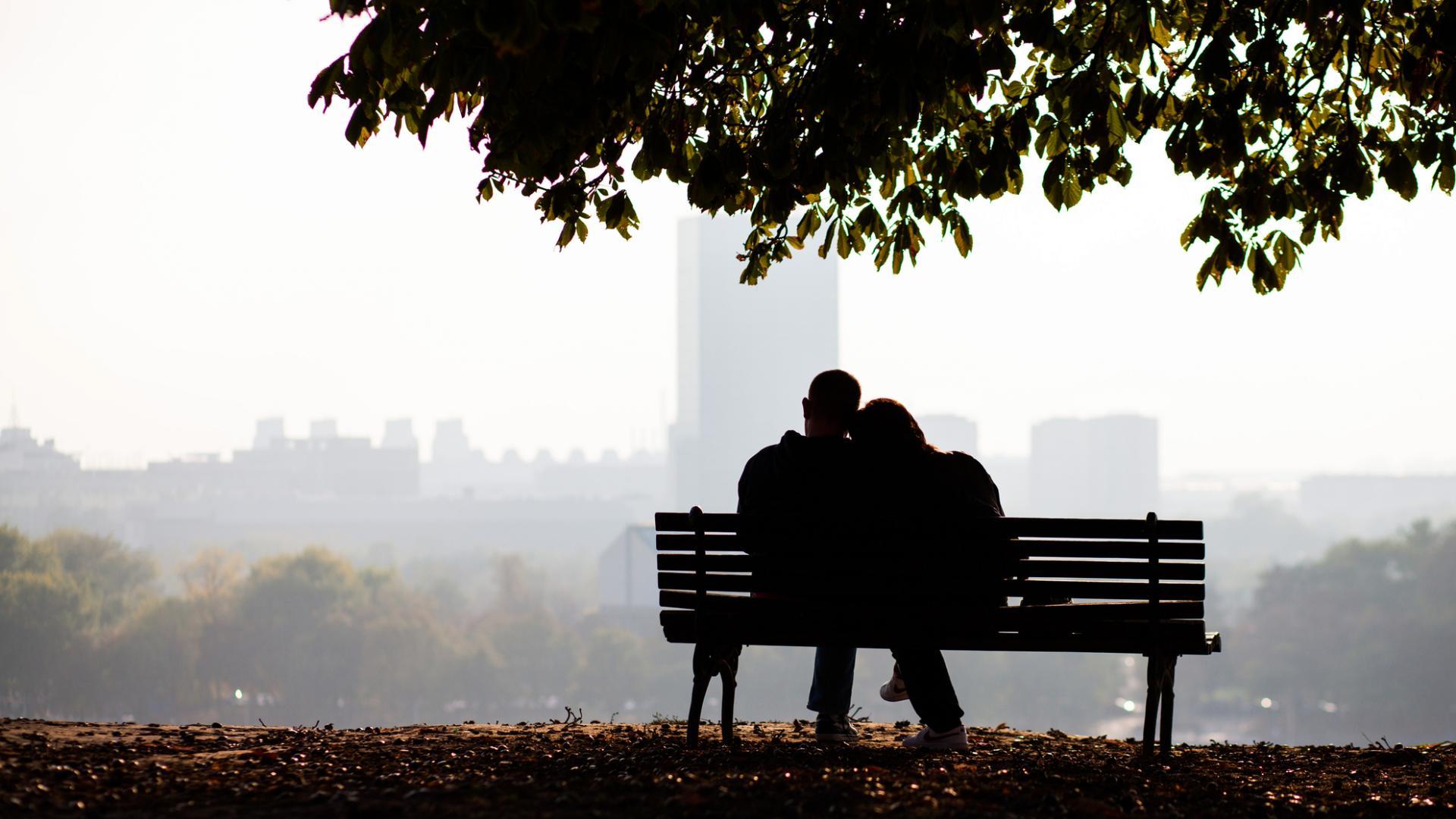 parkbank frau mann kalt draußen sitzen paar liebe