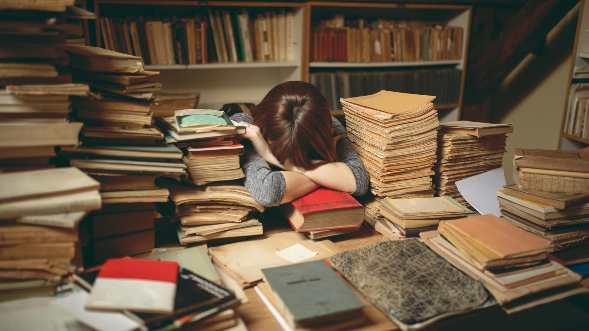 Frau Schreibtisch Chaos Unordnung
