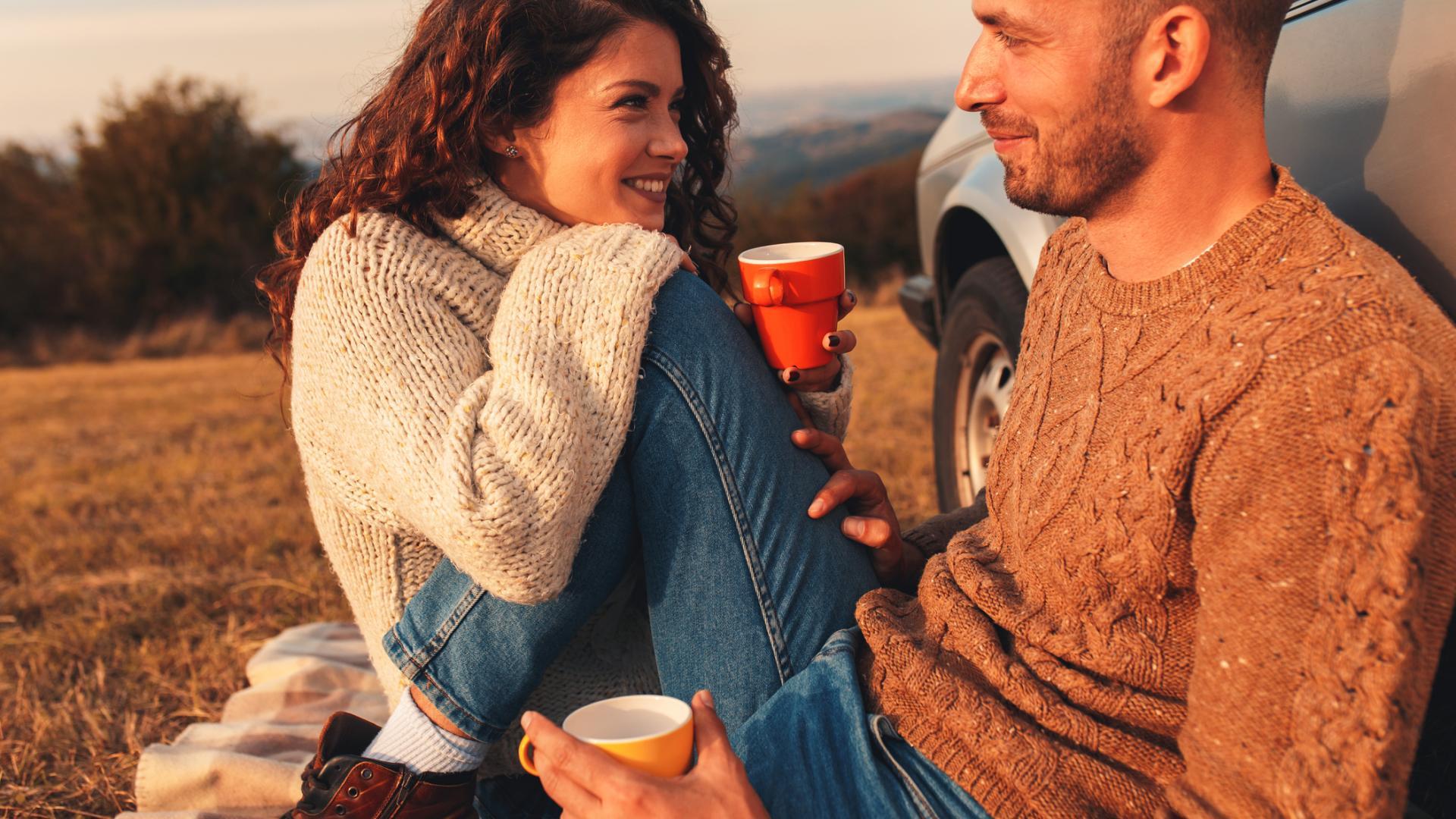 Paar im Park picknick frau mann fraußen ausflug auto
