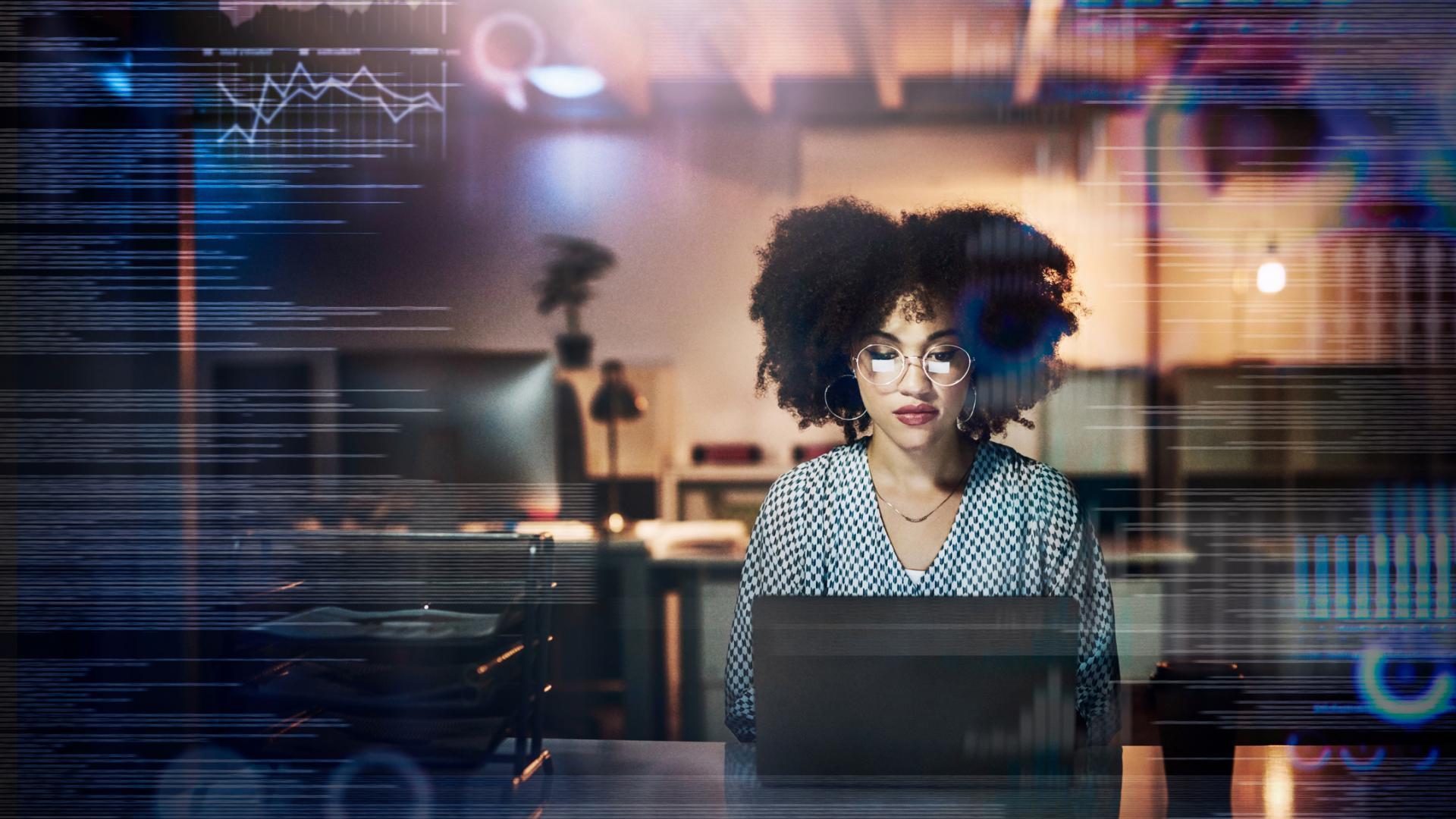 Frau an PC Tech-Branche Coding