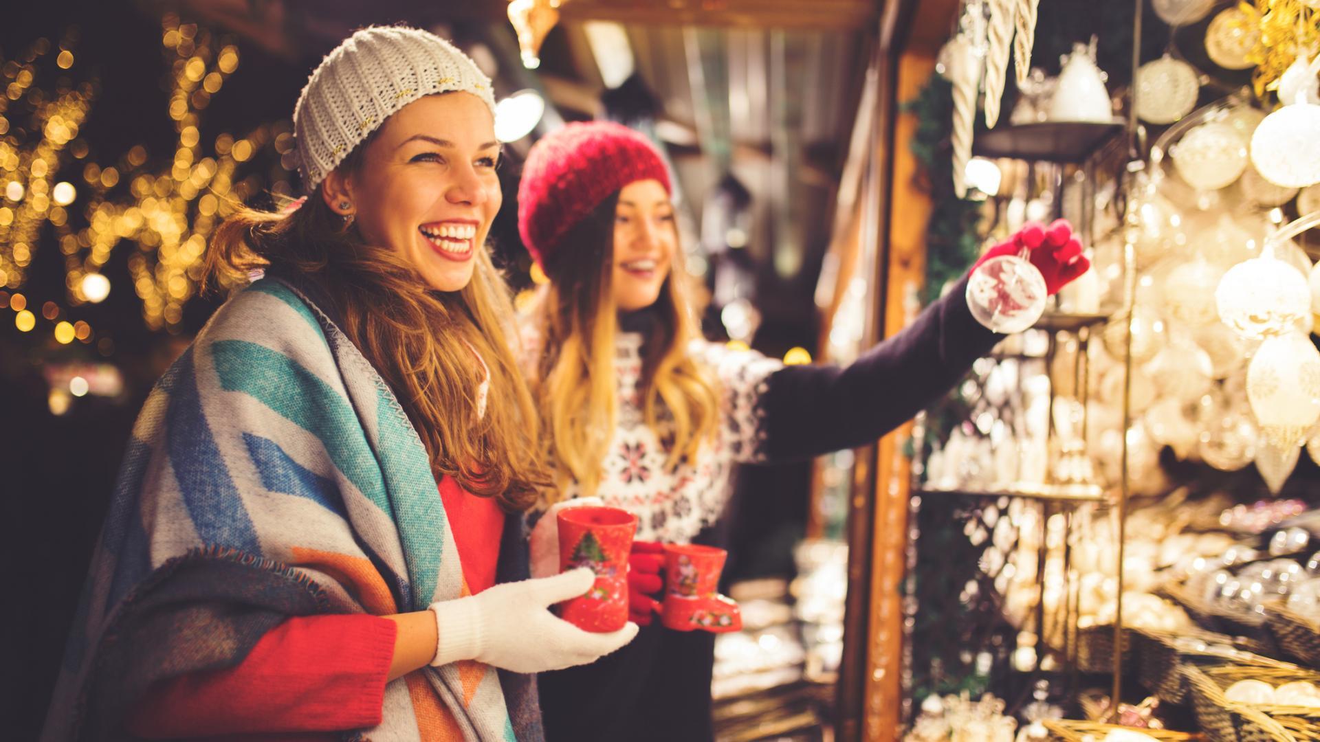 Weihnachtsmarkt Frauen Glühwein Deko wärmen