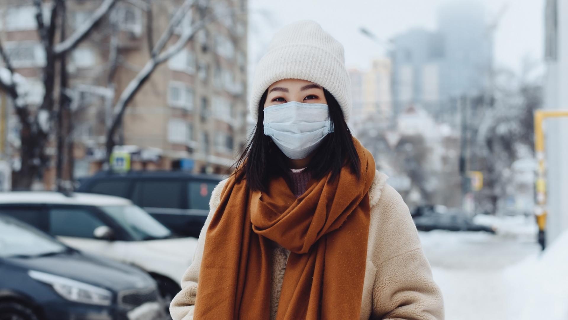 frau draußen winter schnee haare maske vitamine