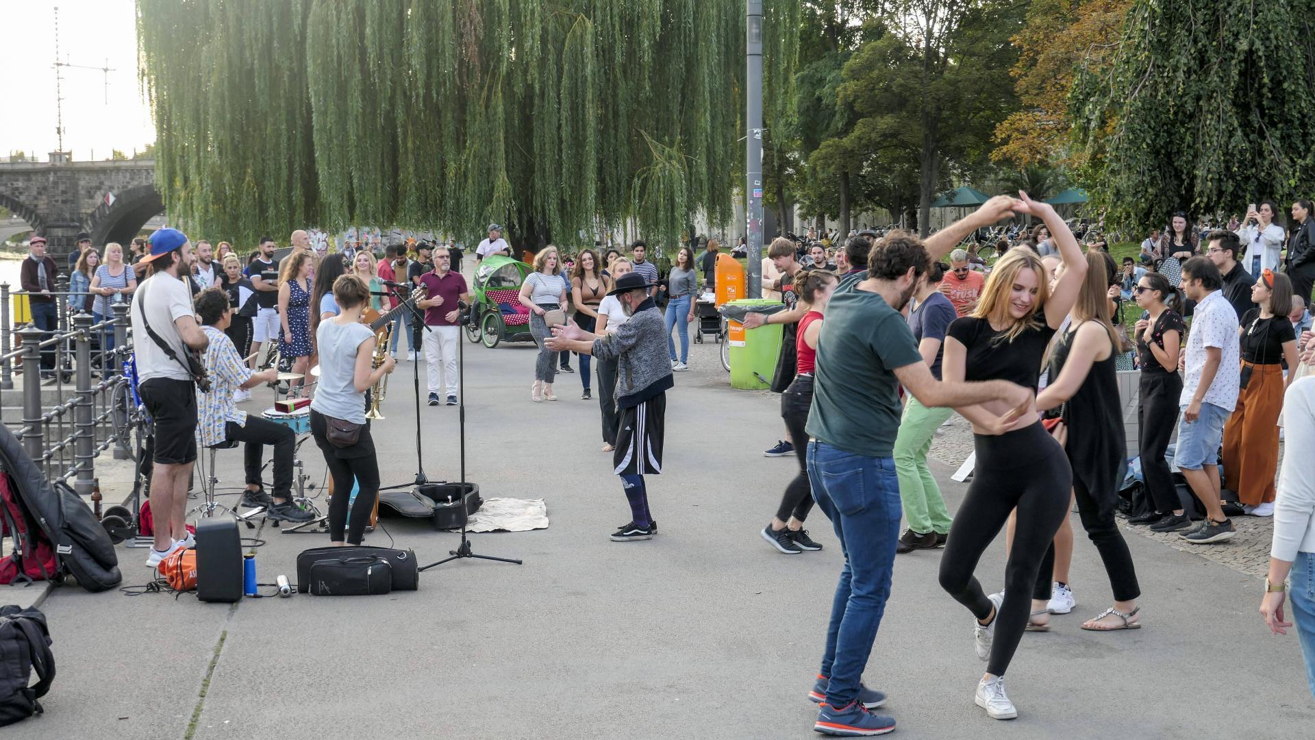 Strassenmusiker am James-Simon-Park, Berlin Mitte Strassenmusiker am James-Simon-Park an der Spree , Berlin Mitte *** St