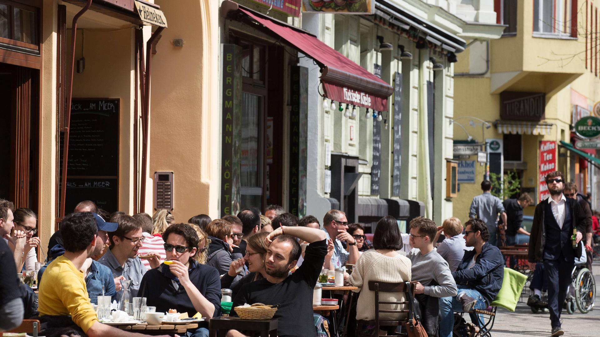 Die Berliner Bergmannstrasse in Kreuzberg. cafe menchen