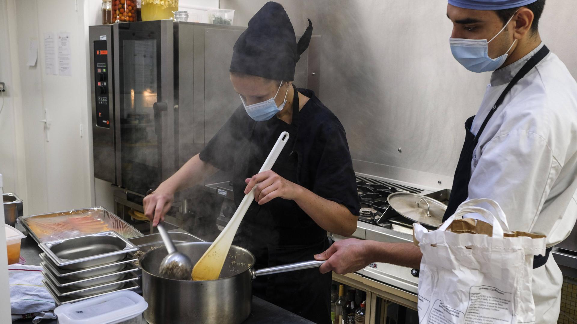 restaurant küche frau mann kochen