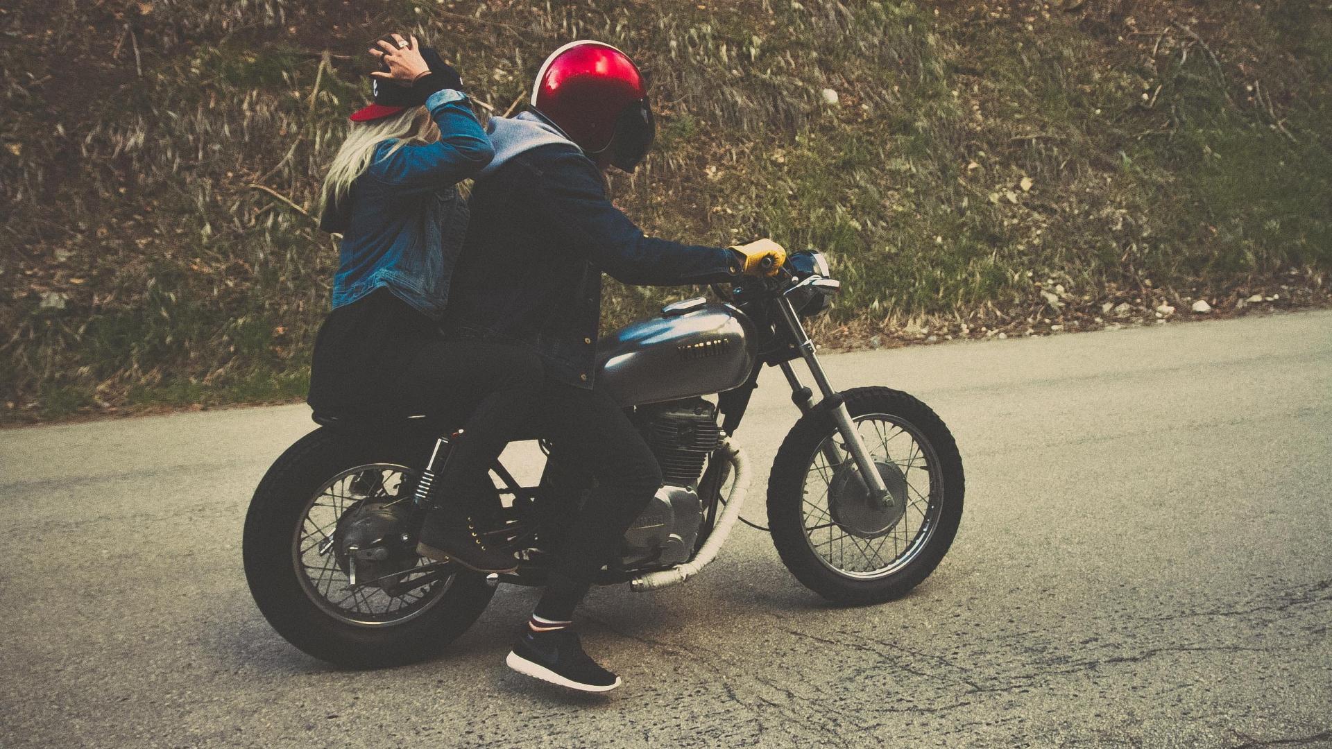 Paar Motorrad fahren Helm