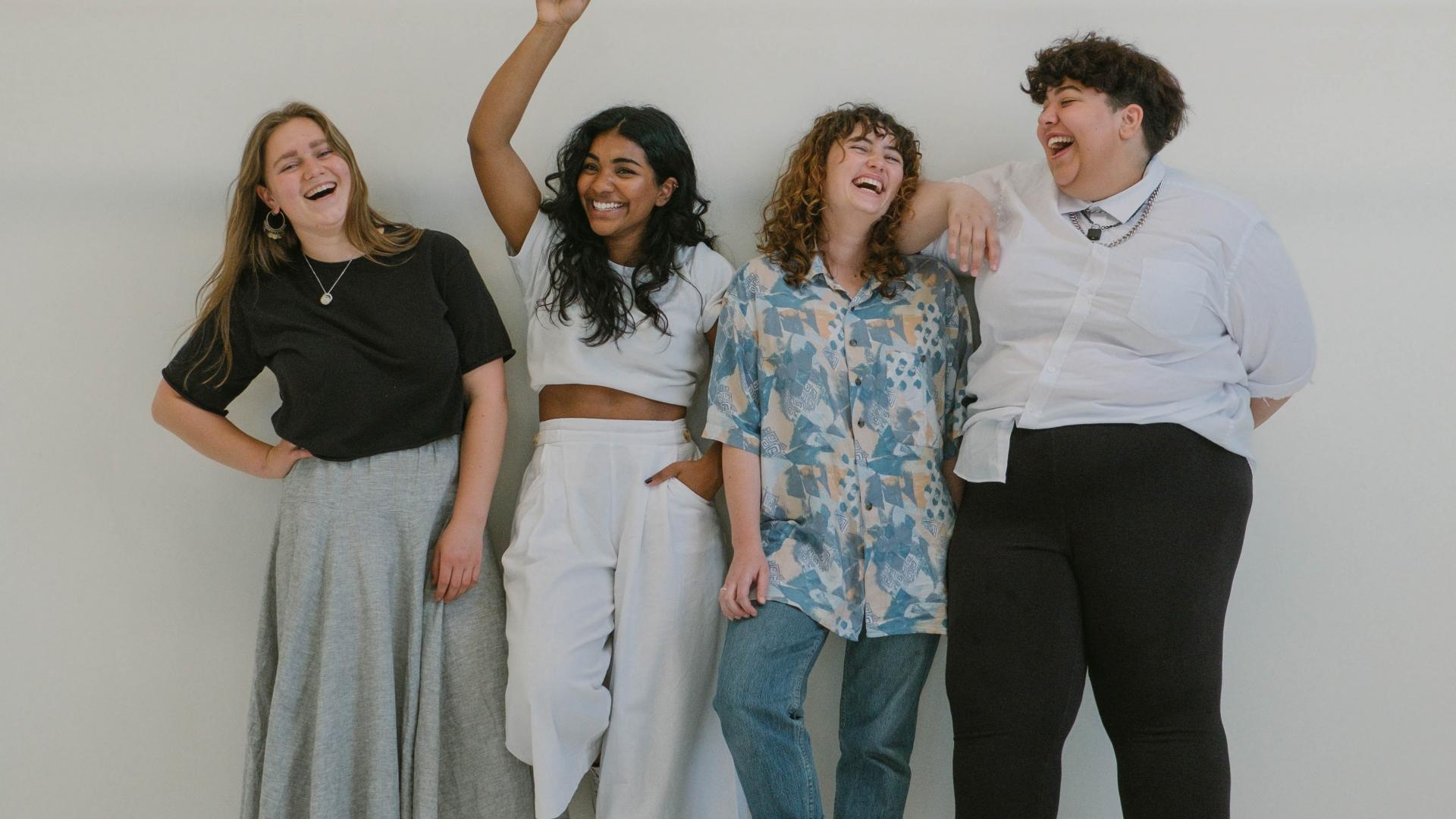 frauen diverse women lachen work arbeit freunde