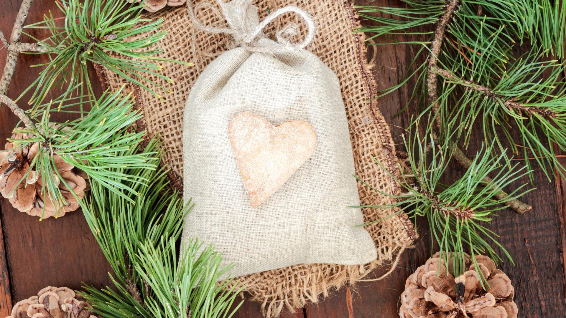 Weihnachtsgeschenke verpacken, Jutesäckchen